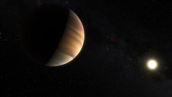 Prof. Michel Mayor ve Prof. Didier Queloz 1995 yılında, 50 ışık yılı uzaktaki bir yıldızın yörüngesinde dönen '51 Pegasi b' adlı dev gaz kütlesini keşfetti. '51 Pegasi b', Güneş Sistemi'nin dışında bir cüce yıldız etrafında keşfedilen ilk gezegen oldu. - Sputnik Türkiye