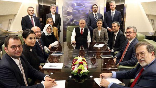 Cumhurbaşkanı Erdoğan Azerbaycan dönüşü uçakta basın mensuplarının sorularını yanıtladı. - Sputnik Türkiye