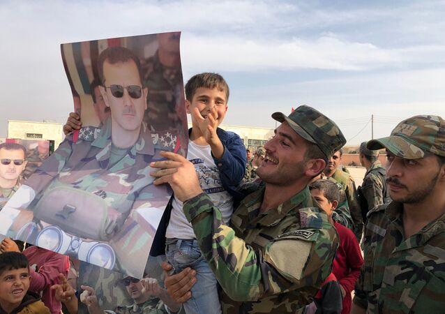 Suriye'li askerleri karşılayan Menbiç halkı.