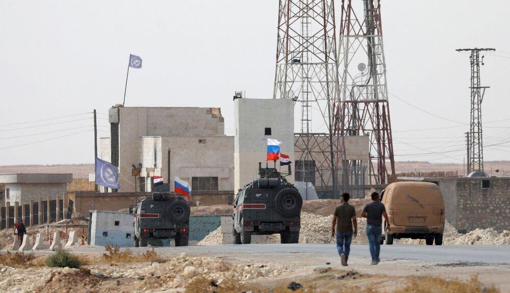 Suriye hükümet güçlerinin Menbiç'te kontrolü sağlamasıyla kentte  Rusya ve Suriye bayraklarıyla ilk kez devriye faaliyeti gerçekleştiren Rus askeri polisinin araçları.