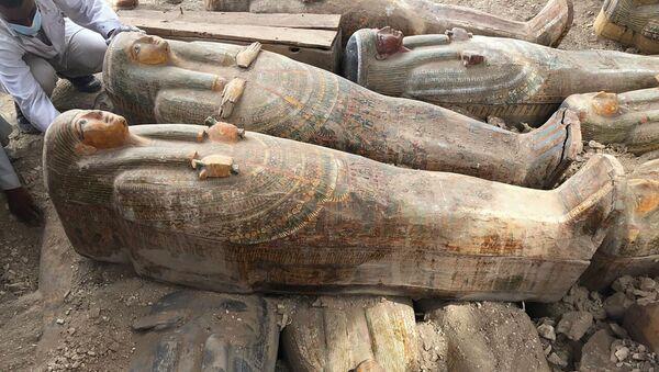 Mısır'da arkeologlar çok iyi korunmuş durumda ve üzerine işlenmiş motiflerin hâlâ canlı renklerini koruduğu 20 tabut bulundu.  - Sputnik Türkiye