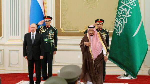Rusya Devlet Başkanı Vladimir Putin, Suudi Arabistan ziyareti sırasında Kral Selman ile birlikte - Sputnik Türkiye