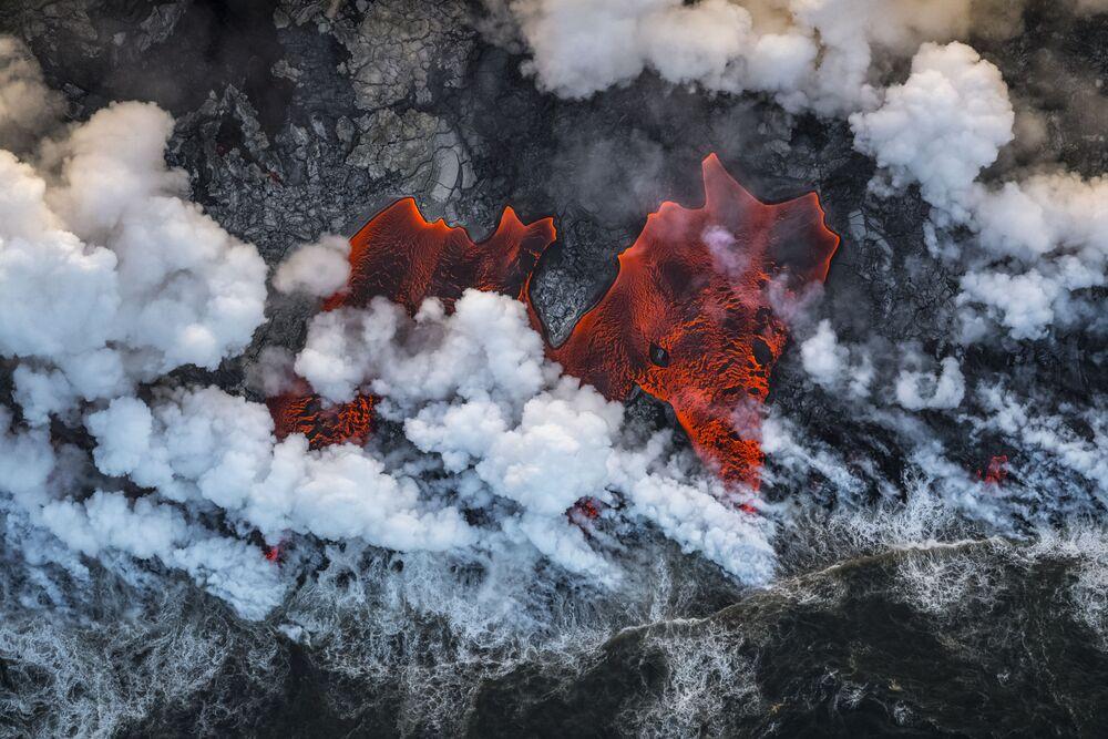 Yarışmanın Çevre Ortamları kategorisinde birinci seçilen İspanyol fotoğrafçı Luis Vilariño Lopez, fotoğrafta  Hawaii'deki Kilauea Yanardağı'nın patlama anını görüntüledi.