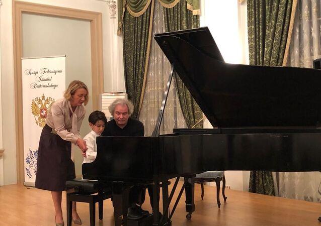 Moskova Gnessin Müzik Okulu Müdürü Piyanist Mikhail Khokhlov, 7 yaşındaki Kaya Güvercin'e açık piyano dersi verdi.