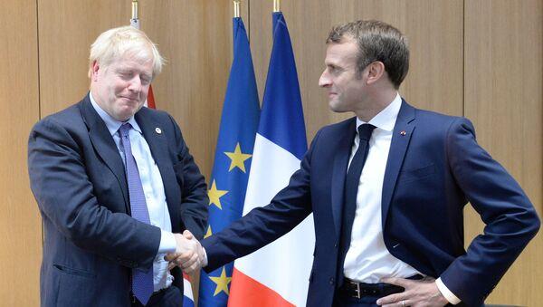 AB liderler zirvesinde Britanya Başbakanı Boris Johnson ile Fransa Cumhurbaşkanı Emmanuel Macron'dan 'anlaşma pozu' - Sputnik Türkiye