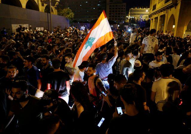 Lübnan'da, ekonomik durumun kötüleşmesi ve iletişime yeni vergiler getirilmesi nedeniyleBeyrut başta olmak üzere birçok kentte gösteriler düzenlendi