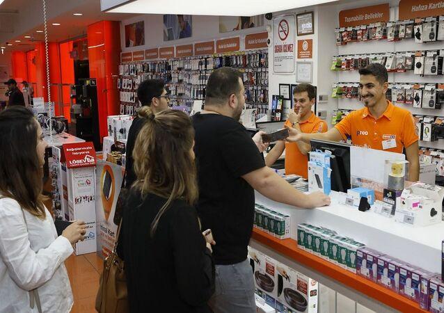 Apple'ın yeni iPhone modelleri Türkiye'de satışa çıktı. Teknosa, iPhone 11, iPhone 11 Pro ve iPhone 11 Pro Max modellerine ilk sahip olmak isteyenler için 17 Ekim'i 18 Ekim'e bağlayan gece 00.01 itibarıyla İstanbul, Ankara ve İzmir'deki seçili mağazalarının kapılarını açtı.