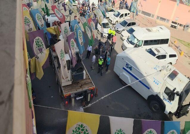 HDP önüne park edilen parti otobüsüne tazyikli su ve çekici ile müdahale