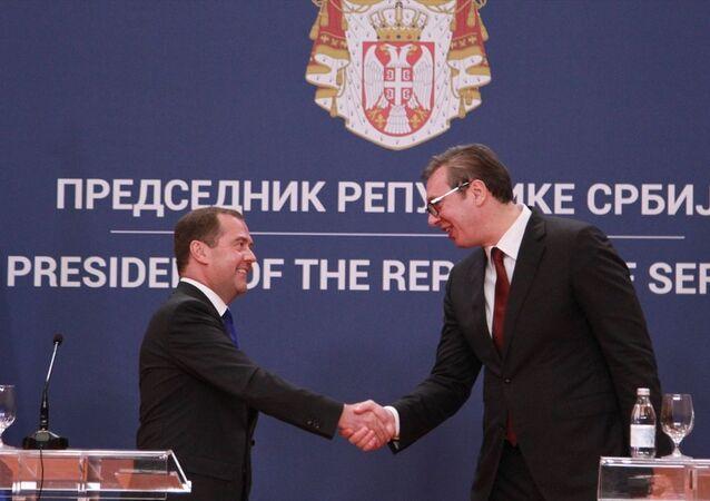 Rusya Başbakanı Dmitriy Medvedev (solda), Sırbistan'ın başkenti Belgrad'daki temasları kapsamında Sırbistan Cumhurbaşkanı Aleksandar Vucic (sağda) ile bir araya geldi.
