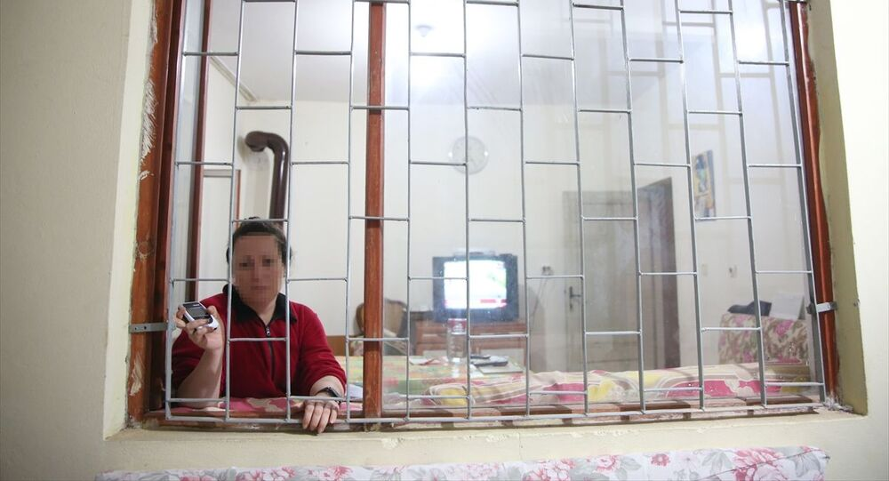 Antalya'da yaşayan 44 yaşındaki Keziban A'yı (fotoğrafta) ölümle tehdit ettiği ileri sürülen eşine elektronik kelepçe takıldı. Keziban A. elektronik kelepçe takılan eşinin yaklaşması halinde uyarı veren cihazı bir an olsun yanından ayırmıyor.