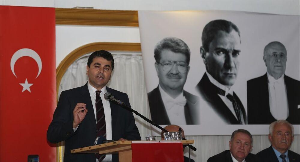 Demokrat Parti Genel Başkanı Gültekin Uysal, partisinin Adapazarı ilçesinde bir düğün salonunda düzenlenen il kongresine katıldı.