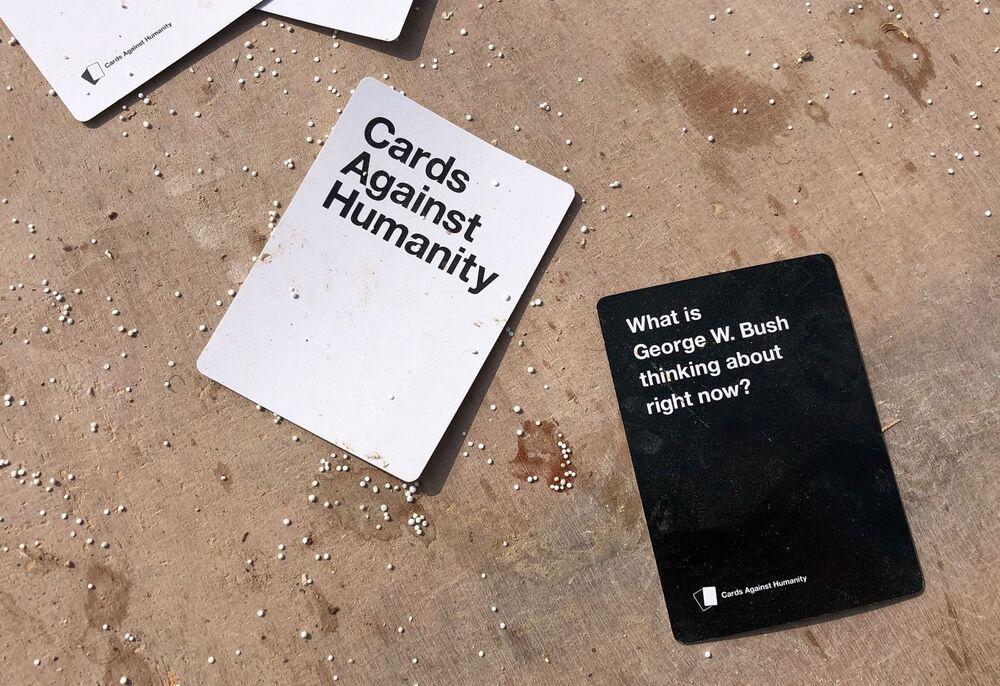 ABD'li askerlerin terkettikleri Menbiç'teki hava üssünde bırakılan Cards against humanity  (İnsanlığa Karşı Kartlar) isimli parti oyunu.