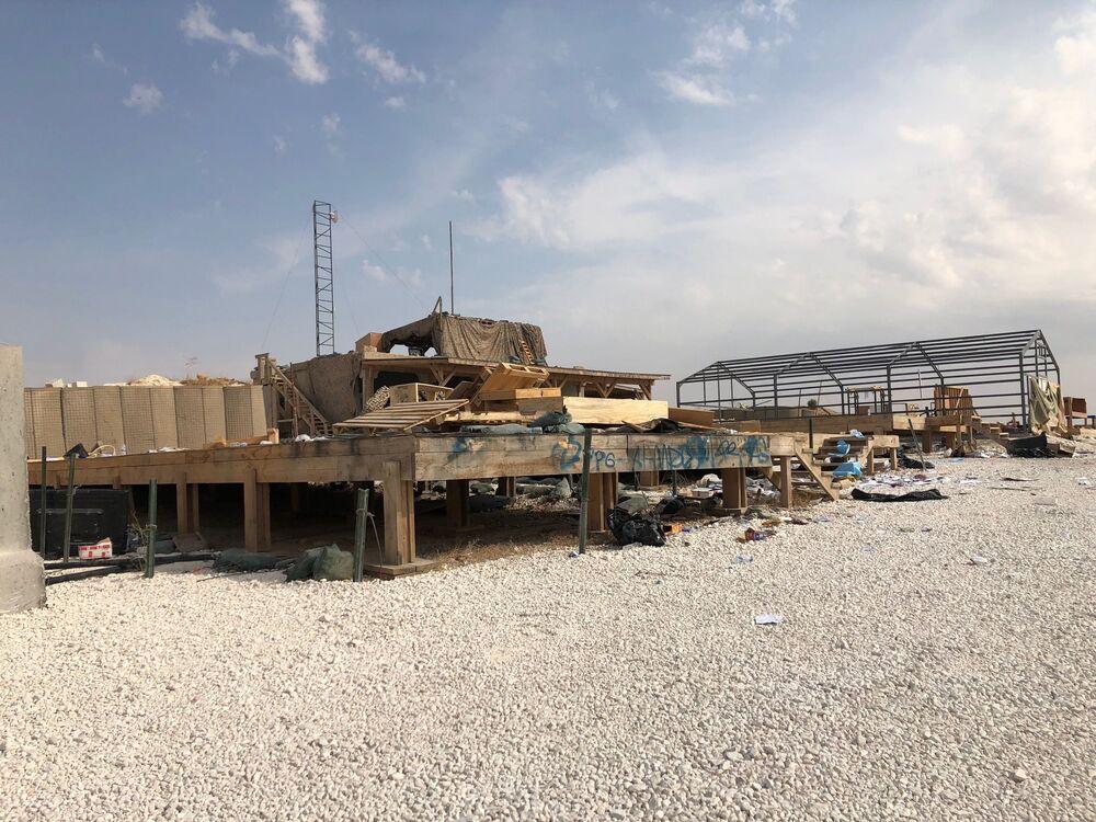 ABD'li askerler tarafından terkedilen Suriye'nin kuzeydoğusundaki Menbiç bölgesinde yer alan Dadat köyü çevresindeki askeri hava üssünün görüntüsü.