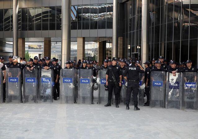 Açıklama yapmak isteyen HDP'li milletvekilleri çevik kuvvet polisleri tarafından çembere alınarak izin vermedi. Polis, valiliğin kentteki eylem yasağı kararını göstererek açıklamaya izin verilmeyeceğini belirterek, grubun dağılması için uyarılarda bulundu.