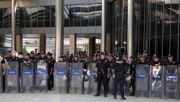 Açıklama yapmak isteyen HDP'li milletvekilleri çevik kuvvet polisleri tarafından çembere alınarak izin vermedi. Polis, valiliğin kentteki eylem yasağı kararını göstererek açıklamaya izin verilmeyeceğini belirterek, grubun dağılması için uyarılarda bulundu.  - Sputnik Türkiye