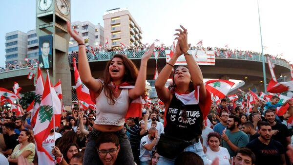 Lübnan'da nufusun çoğunluğunu Hıristiyanların oluşturduğu Cal el Dib kentinde göstericiler otoyolu kapatarak hükümeti ve sistemi protesto etti (21 Ekim 2019). - Sputnik Türkiye