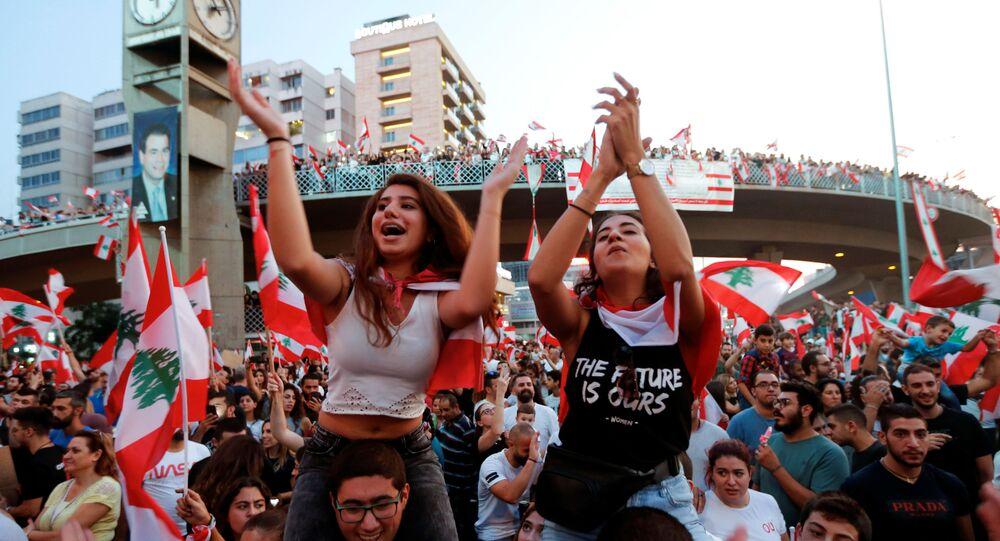 Lübnan'da nufusun çoğunluğunu Hıristiyanların oluşturduğu Cal el Dib kentinde göstericiler otoyolu kapatarak hükümeti ve sistemi protesto etti (21 Ekim 2019).