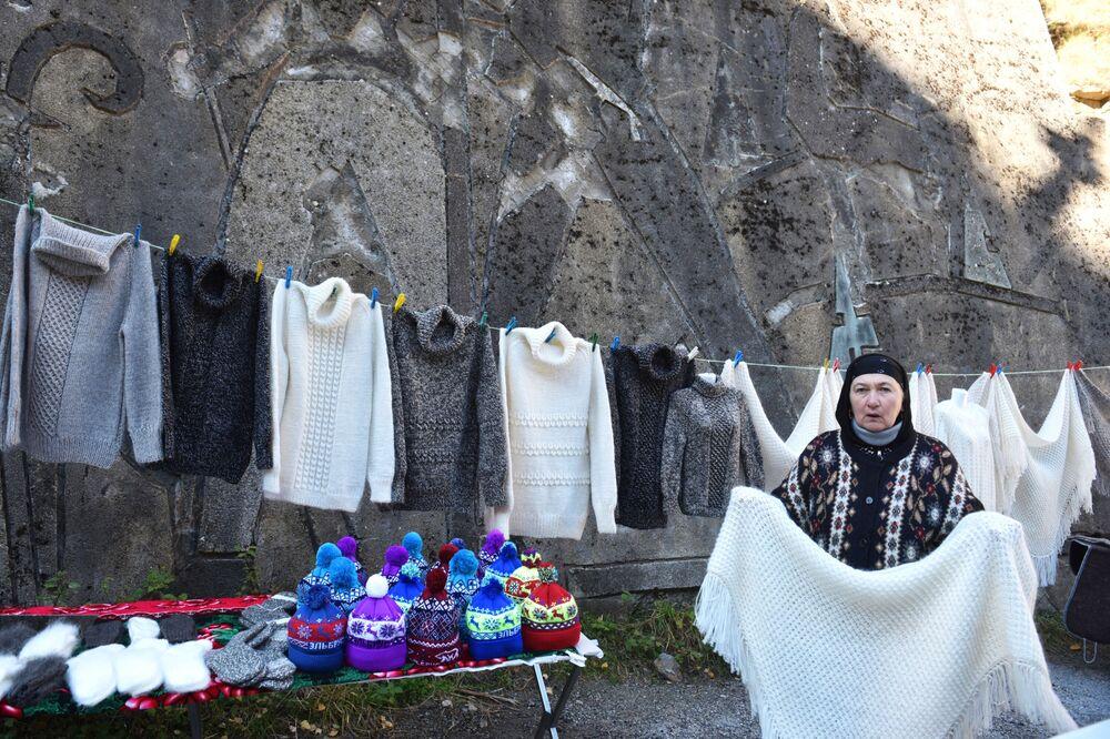 Kabardey-Balkar Cumhuriyeti'nde yer alan Prielbrusye Milli Parkı'nda el yapımı yünlü eşyalar satan kadın.