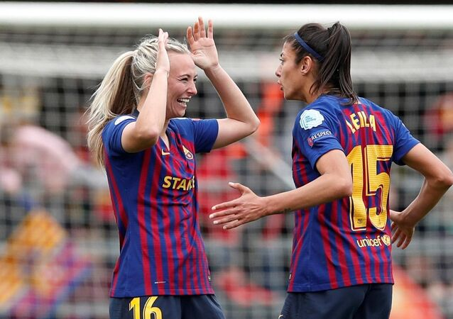 İspanya'da Barcelona ile Bayern Münih arasındaki Kadınlar Şampiyonlar Ligi yarı finali maçında Barcelona futbol takımı kadın futbolcuları Toni Duggan ve Leila Ouahabi