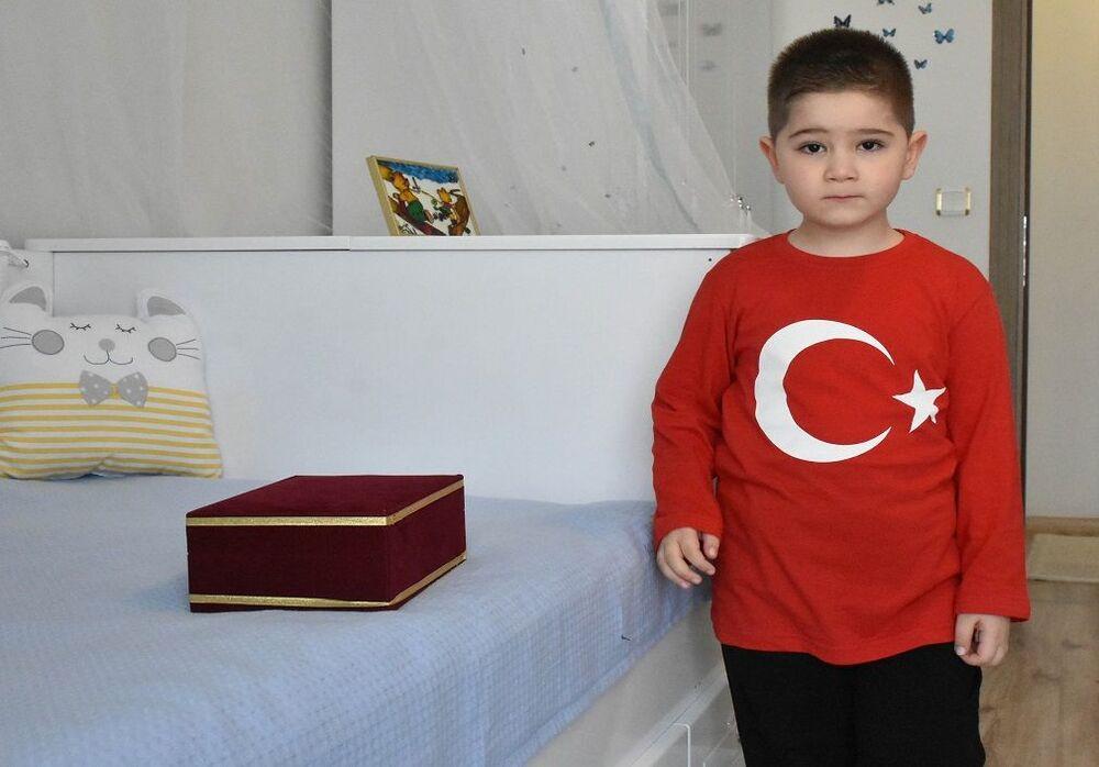 Minik Çağan annesi ve babasıyla birlikte eve giderek bayrağı odasına koydu. Bayrağı kucağından hiç bırakmayan Kırkaç, Türk bayrağını çok seviyorum. O benim en güzel emanetim dedi.