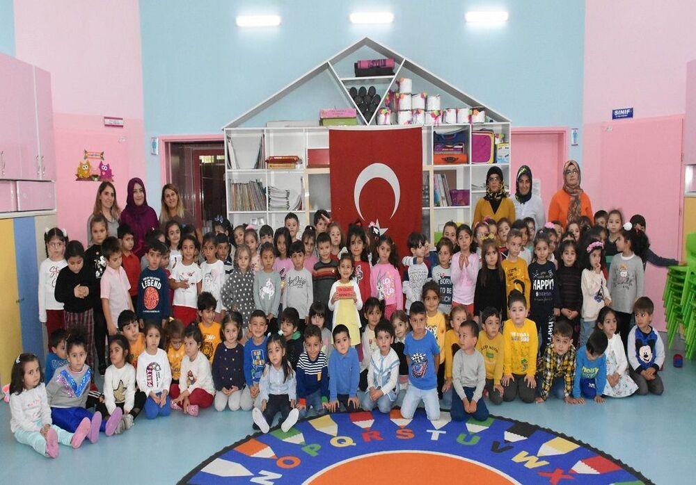 Okulun başlattığı 'Bayrak Nöbeti' uygulamasının 29 Ekim Cumhuriyet Bayramı'na kadar devam edeceği öğrenildi.