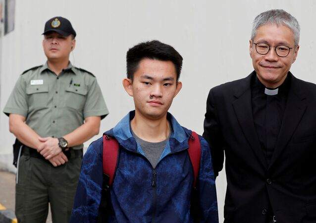 Tayvan'da cinayetle suçlanan Hong Kong vatandaşı Çan Tong-kai, kendisini hapista ziyaret eden ve Tayvan'a teslim olmaya ikna eden rahip Peter Koon Ho-ming'in eşliğinde cezaevinden çıktı.