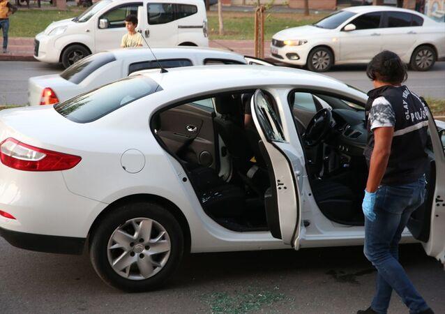 Antalya'da otomobilde silahlı saldırıya uğrayan kişi, şüphelinin ismini sedye üzerindeyken polislere söyledi. Polis olay yerinde çalışma yaptı.
