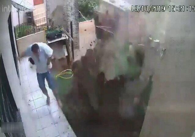 Brezilya'da bir adam, bahçesindeki hamam böceklerini öldürmek isterken bahçesini havaya uçurdu. Evin güvenlik kameraları, patlama anını saniye saniye görüntüledi.