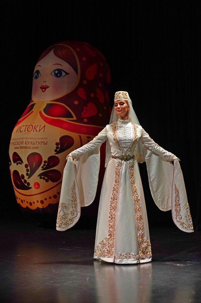 Antalya'nın Muratpaşa Belediyesi'nde yapılan İstoki (Kökenler) Uluslararası Rus-Türk Dostluğu  Festivali'nin açılışında sahne alan geleneksel dans topluluğunun bir üyesi.