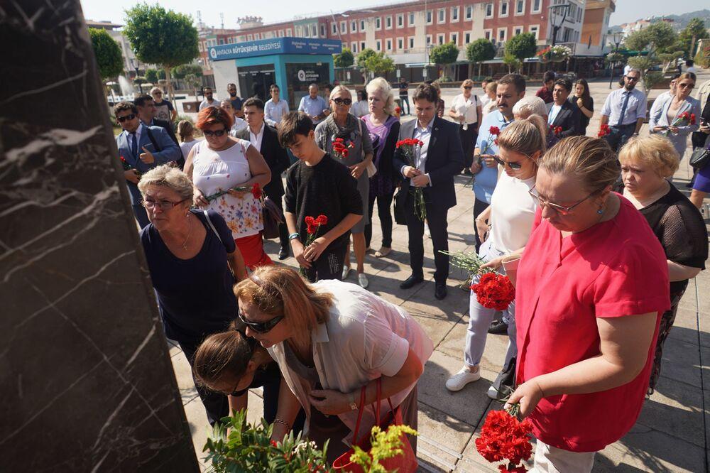İstoki Festivali kapsamında Demre'de Andrey Karlov'un anısına düzenlenen  etkinliğin katılımcıları, Karlov'un anıtına çiçek bırakıyor.
