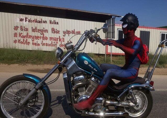 Motosikletli 'Örümcek Adam' gülümsetti