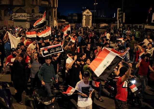 Irak'ın başkenti Bağdat'ta bir grup gösterici hükümet binalarının bulunduğu Yeşil Bölge'nin önüne geldi.