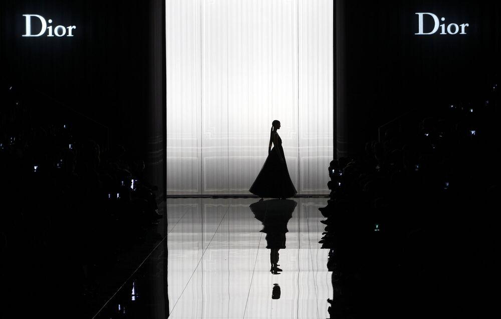 Paris Moda Haftası kapsamında düzenlenen Dior defilesinden bir kare.