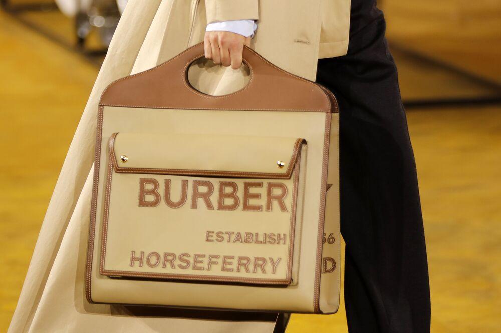 Burberry, 5,205 milyar dolar marka değerine ve %4'lük büyüme oranına sahip. Fotoğrafta: Londra'daki Burberry moda defilesinden bir kare.