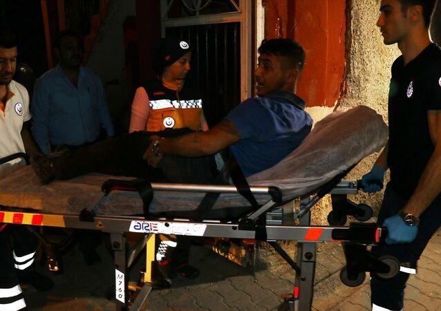 Adana'da iki kişiyi silahla yaraladıktan sonra kaçmaya çalışan şüpheli, bir evin damından düştü