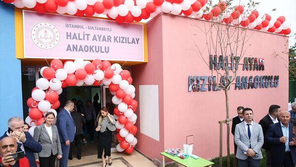 Geçen ay İstiklal Caddesi'nde uğradığı bıçaklı saldırı sonucu hayatını kaybeden İTÜ Elektrik Elektronik Bölümünden bu yıl mezun olan Halit Ayar'ın adının verildiği anaokulu açıldı - Sputnik Türkiye