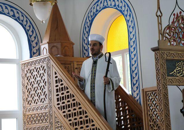 Samsun'un Ladik ilçesinde bulunan Cuma Camii'nde imamlar, 1075 yılından bu yana hutbeyi kılıçla birlikte veriyor.