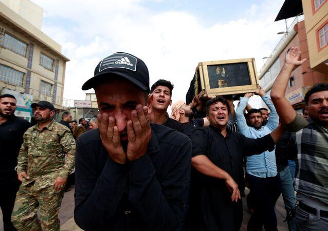 Irak'ın Necef kentindeki gösterilerde polis müdahalesi sonucu hayatını kaybeden protestocunun tabutunu taşıyan Iraklılar