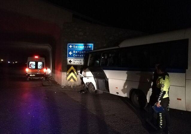 Manisa'nın Soma ilçesinde gece vardiyasında çalışan maden işçilerini taşıyan servis aracı ile kamyonun çarpışması sonucu 26 kişi yaralandı
