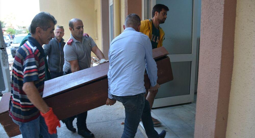 Aydın'ın Didim ilçesinde boşanma aşamasında olduğu eşini silahla yaralayan kişi intihar etti. Olay yerine emniyet şeridi çekilerek inceleme yapıldı.
