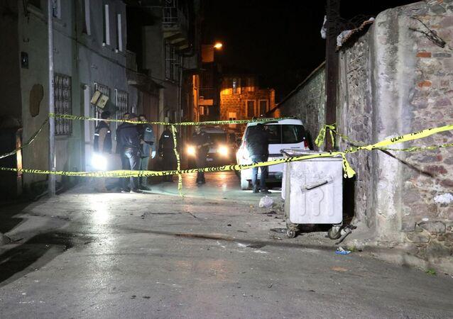 İzmir'in Konak ilçesinde bir çöp konteynerinde patlama meydana geldi. Olay yerine gelen polis ekipleri, güvenlik önlemi alıp inceleme yaptı.