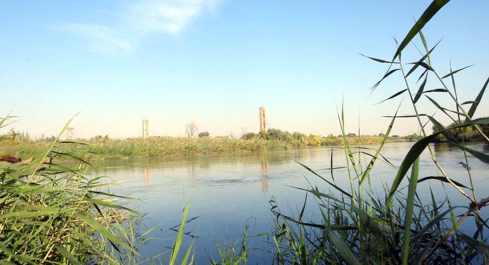 Suriye ve Rusya askerleri, Deyr ez Zor'da Fırat Nehri üzerinde köprü inşa etti