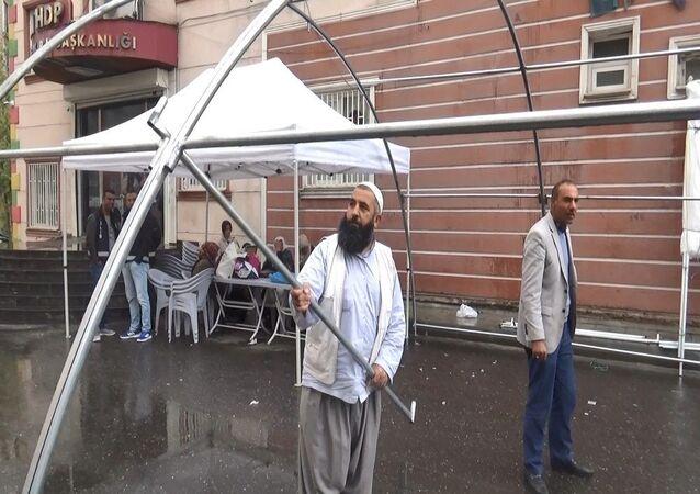 HDP önünde oturma eylemine devam eden aileler için kışlık çadır kuruldu
