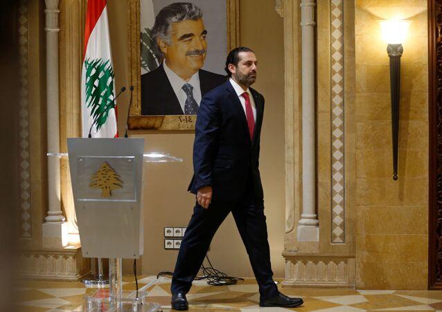 Suikasta kurban giden babası Refik Hariri'nin portresi önünde başbakanlıktan istifasını sunacağını açıklayan Saad Hariri, salondan çıkarken