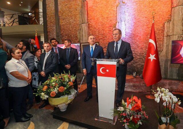 İsviçre'nin Cenevre kentindeki Suriye Anayasa Komitesi'nin ilk toplantısı çerçevesinde dün verilen Cumhuriyet Bayramı resepsiyonunda Rusya Dışişleri Bakanı Sergey Lavrov konuşma yaptı.