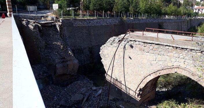 Elazığ'ın Maden ilçesinde 2. Abdulhamid döneminde yaptırıldığı belirtilen, heyelan riski nedeniyle kullanıma kapatılan tarihi köprü yıkıldı.