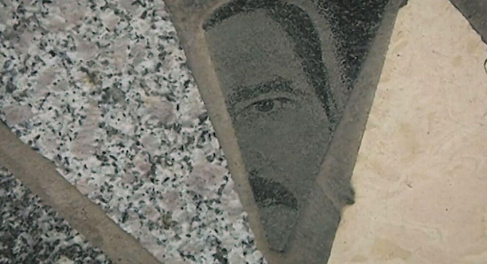 Mezar taşlarının parçalarını AVM zemini için kullandılar