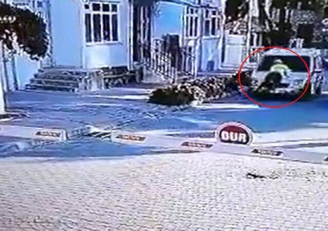 Muğla'da 'dur' ihtarına uymayan Ünal Karataş'ın kullandığı ticari aracın kaputuna tutunarak 2 kilometre yol giden polis memuru Muzaffer Ertürk'ün o anları, bir iş yerinin güvenlik kameraları tarafından görüntülendiği ortaya çıktı.