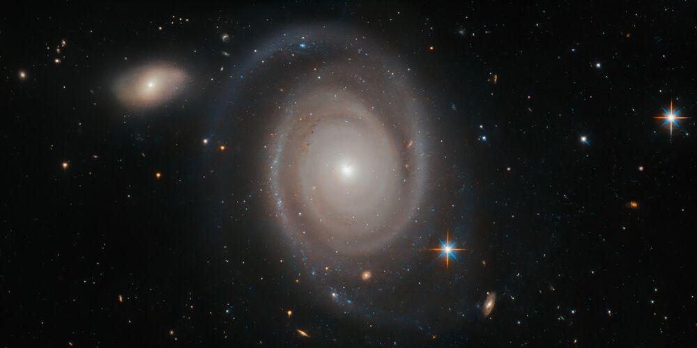 Hubble Uzay Teleskobu tarafından çekilen Altın Balık Takımyıldızı'ndaki NGC 1706 spiral galaksisi görüntüsü.