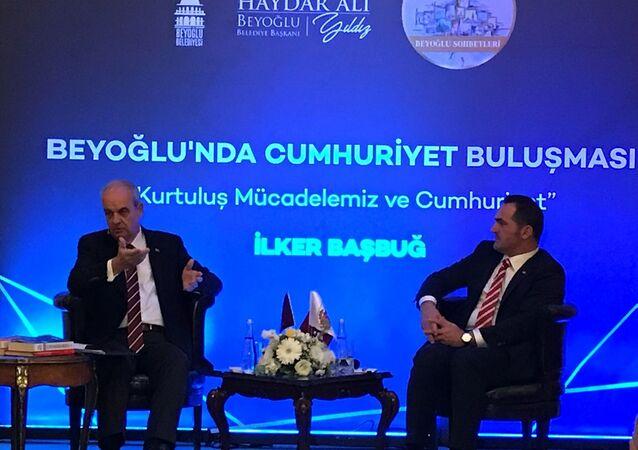 Eski Genelkurmay Başkanı İlker Başbuğ (solda), Beyoğlu Belediyesi'nce düzenlenen, Beyoğlu sohbetleri adlı programa katıldı.